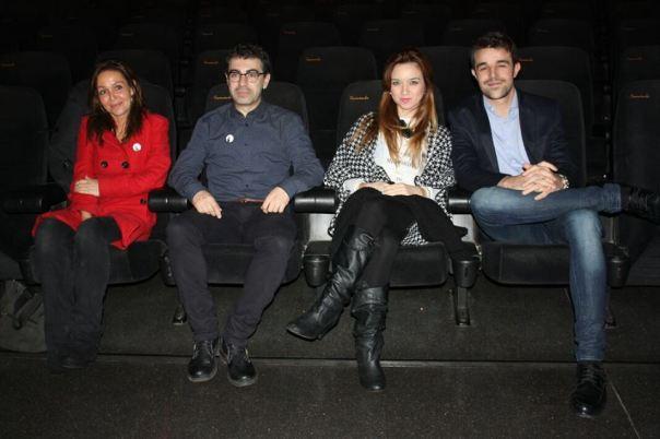 Los tres actores y el director en el patio de butacas tras el estreno